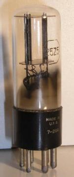 RCA Electron Tube culot ancien Américain 6 pin Poids : 34 grammes Hauteur : 9.5 cm (avec pin) Diamètre : 2.85 cm