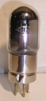 METAL  Ancienne Européenne 4 pin Poids : 47.2 grammes Hauteur : 10 cm (avec pin) Diamètre : 3.6 cm