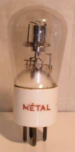 METAL culot Ancien Européen 4 pins   1 Thick sur le coté du culot. Poids : 63 grammes Hauteur : 10.7 cm (avec pin) Diamètre : 4.5 cm