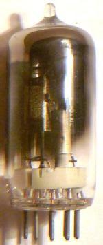 Hinten sieht man das große Blech der Katode. In das Blech ist U-förmig eine Zunge gestanzt, die nach vorne gebogen ist. Der Zunge gegenüber ist ein Draht, der direkt zu einem Sockelstift führt. Es ist der Starter. Davor ist der Keramikzylinder mit Metallzylinder außen. Dies ist die Anode.