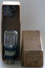 Der dazugehörige Eisen-Wasserstoffwiderstand befindet sich in der Schachtel oben.