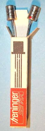 In den 1970gern wurden die Transistoren AC132 von der Fa. Heninger als geprüfte Exemplare mit 1 Jahr Garantie in einer Schachtel von 1cm Kante und 5,5cm Länge als Paar (2 Stück) an Rundfunk und Fernseh-Werkstätten verkauft.