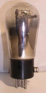 Valvo  ancienne Européenne  5 pin   1 thick sur le coté du culot. Poids : 55.7 grammes Hauteur : 12.1 cm (avec pin) Diamètre : 5 cm