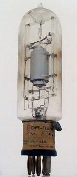 Prüfungsbanderole vom Juni 1926. Aufnahme mit Acrylhaube, opal, Durchmesser 50 cm, Höhe innen 24 cm. Stehend, auf gedecktem Balkon ohne Fremdlicht, Himmel z.T. bedeckt. 25.3.05 - erste Versuche. Vorteil: Jegliche Spiegelungen sind weg - bei verspiegelten Röhren fällt das stark ins Gewicht, hier weniger. Nachteil: Das System erscheint als matt, glänzt aber leicht, wie man bei der Folgeaufnahme im gleichen Licht ohne Haube sehen kann.