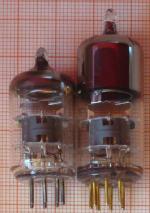 Die normale Röhre (links eine PC93 von Valvo) und die höhere Variante (rechts).
