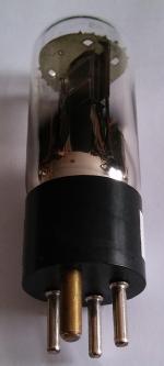 Röhre wurde von eine US-Firma mit einem WD-11 Sockel (1 dicker Stift) versehen
