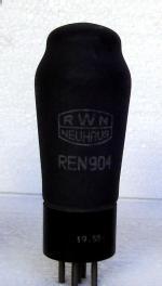Ein Exemplar aus dem Röhrenwerk Neuhaus a. Rennweg (Thüringer Wald) aus der damaligen DDR. Habe mehrere Exemplare damals (etwa 1965)für 1,25 M gekauft. Es waren Restbestände die, weil damals schon nur noch für Ersatz hergestellt, günstig für Baster und Amateure abgegeben wurden.