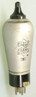 Neuere Ausführung. Wer weiss, ob das wirklich eine von Telefunken (bzw. Osram) gebaute Röhre ist oder eine von Telefunken (oder Philips) als RENS1274 gestempelte E455?