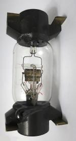 Frühe liegende Seddigröhre. Das System ist konzentrisch aufgebaut. Die Elektroden sind nicht aus Nickelblech gefertigt. Später war Nickel durch das Embargo nicht mehr lieferbar und es wurde auf Kupfer umgestellt.