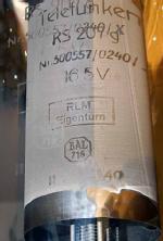 Die UKW-Senderöhre Telefunken RS207 kommt in den 20er Jahren in ovaler Form auf den Markt und eine Ausführung RS207g als militärische Röhre gibt es bald danach. Dieses Exemplar zeigt 11-40 als Fabrikationsdatum und den BAL716-Stempel sowie 'RLM-Eigentum'. Die gut lesbaren Zeichen sind die Schatten auf der Anode, z.B. Nr. 500557/0240/X, Heizung 16,5 Volt. Man erkennt aber auch die Zeichen auf dem Glas. Anode und Gitter sind seitlich herausgeführt - siehe beim Röhrenblatt RS207g.