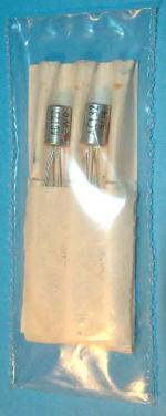 So wurde das Valvo Komplementär-Pärchen AC127/AC132 in den 60gern als Ersatzteil verkauft: Ein Papp-Doppelbettchen, eingeschweißt in eine Plastiktüte.